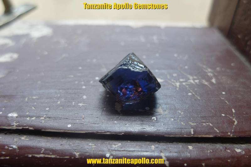 Burgundy and blue as plechroism of Tanzanite