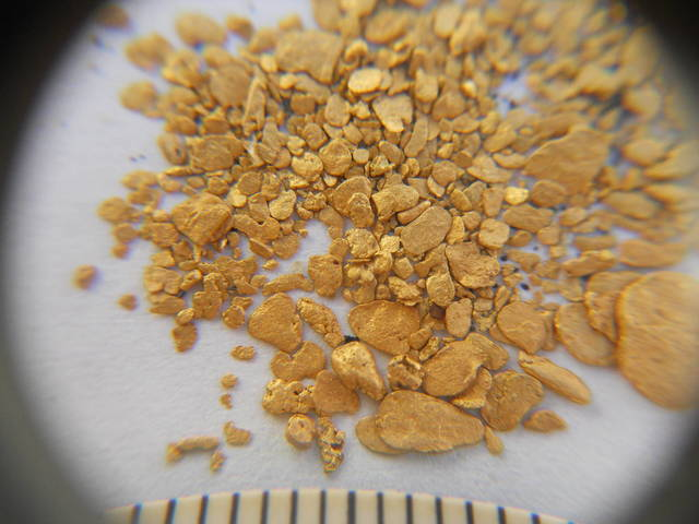 Real gold flakes from gold mining